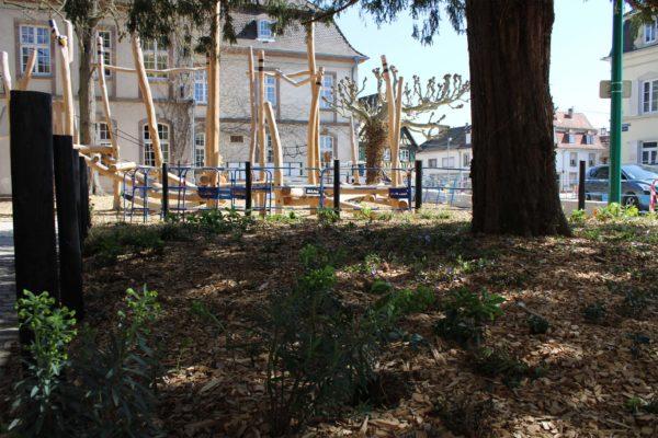 Jardin de la mairie en floraison