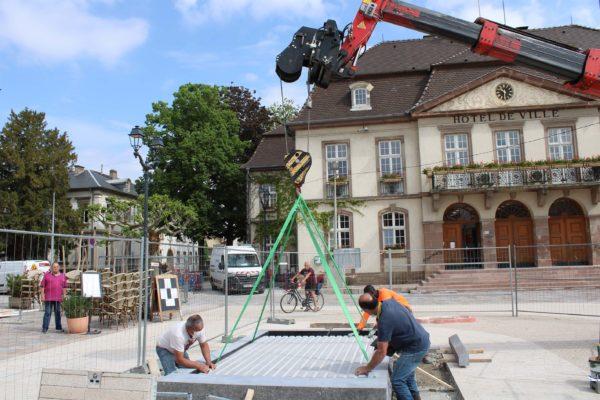 Poursuite des travaux d'aménagement de la Place de l'Hôtel de Ville : installation de la table d'eau