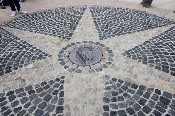 Pose de l'élément central de la rosace située place de l'hôtel de ville: le blason d'Erstein